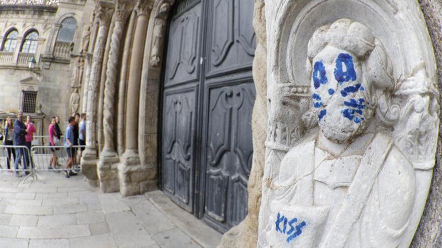 El grafiti en una de las figuras del exterior de la catedral de Santiago
