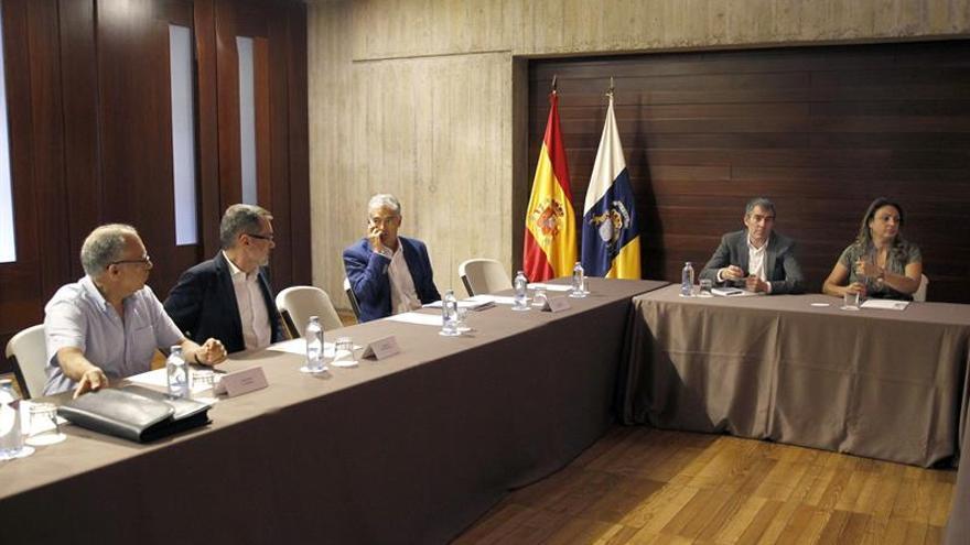 El presidente del Gobierno de Canarias, Fernando Clavijo reunido con los representantes de la Federación Canaria de Islas . EFE/Cristóbal García