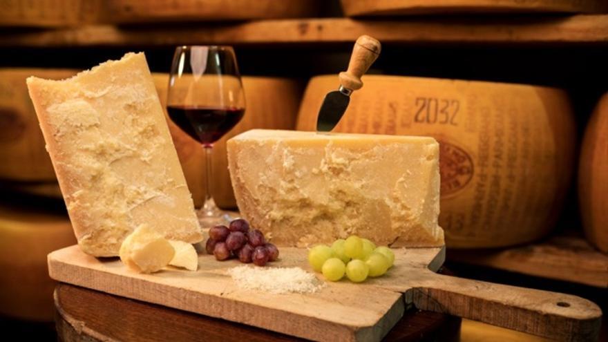 Todo lo que necesitas saber sobre el Parmigiano Reggiano para que no te la den con queso