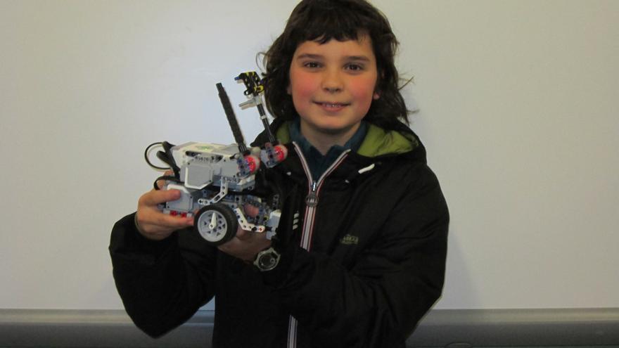 Echedey Luis muestra el robo 'Skiebot' que ha construido con sus compañeros. Foto: LUZ RODRÍGUEZ.