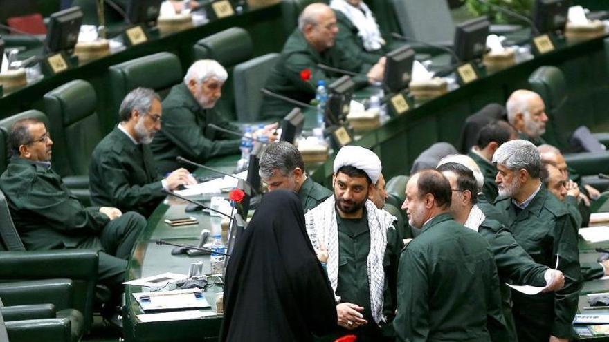 El Parlamento iraní viste el uniforme de los Guardianes para mostrar su apoyo