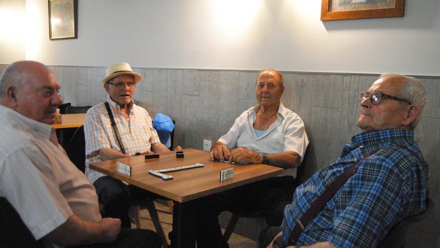 Algunos de los mayores, todos colonos o descendientes de colonos, en el bar