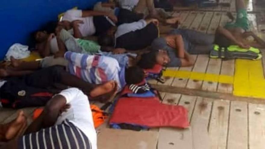 Las personas a bordo del Sarost 5 en una foto publicada por InfoMigrants.