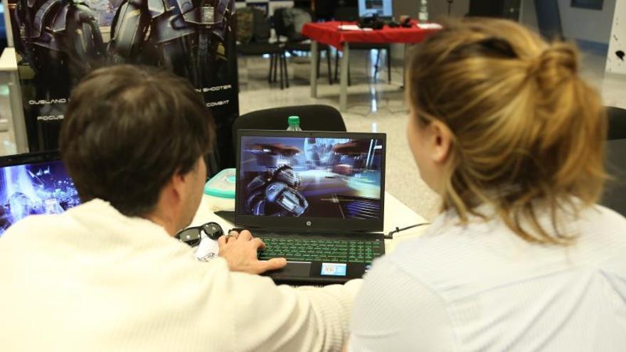 Jóvenes participan este martes en la tercera edición de Level UY, el principal evento dedicado a los videojuegos en Montevideo (Uruguay).