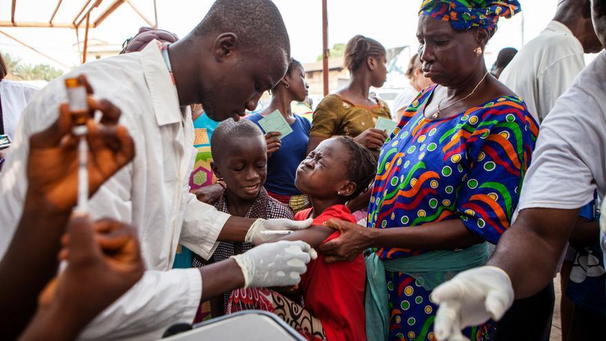 Los niños son vacunados durante el primer día de un programa de vacunación contra el sarampión en Conakry, la capital de Guinea.