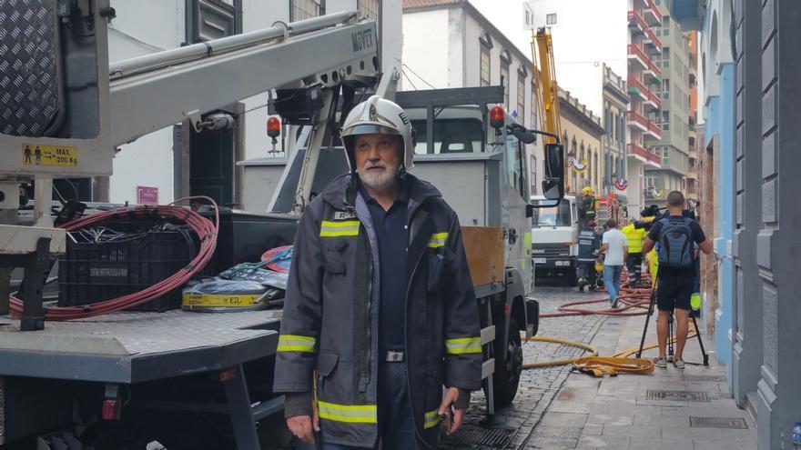 Germán Pérez, este sábado, en las tareas de extinción de la casa Vélez de Ontanilla. Foto: LUZ RODRÍGUEZ.