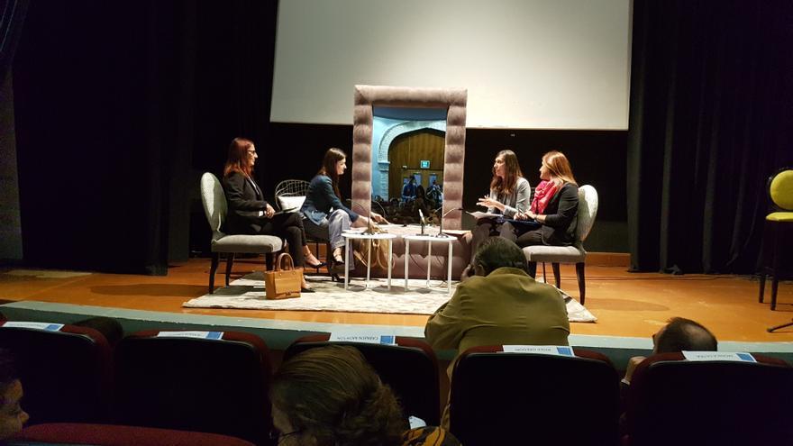 Carmen Montón, Maria Josep Amigó y Maria José Catalá en la casa de la cultura de Alzira