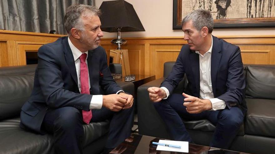 El presidente del Gobierno de Canarias, Fernando Clavijo (d), reunido con el presidente del grupo parlamentario socialista, Ángel Víctor Torres
