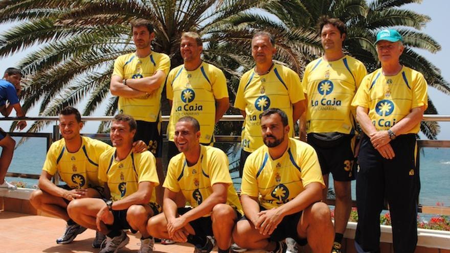 Quiroga observa la foto del equipo técnico