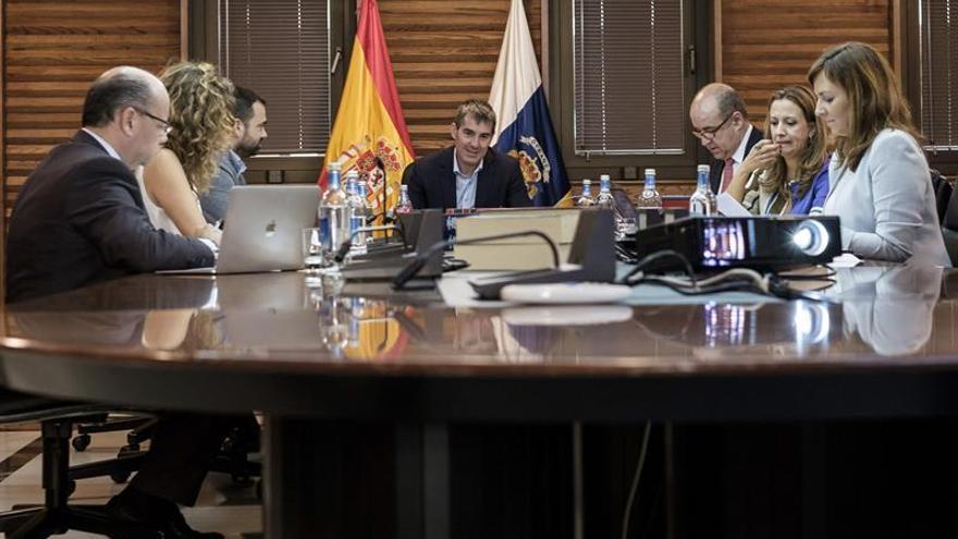 El presidente del Gobierno de Canarias, Fernando Clavijo, presidió la reunión del Consejo de Gobierno celebrada en la capital grancanaria, en la que no estuvieron presentes todos los consejeros. (Efe/Ángel Medina G.).