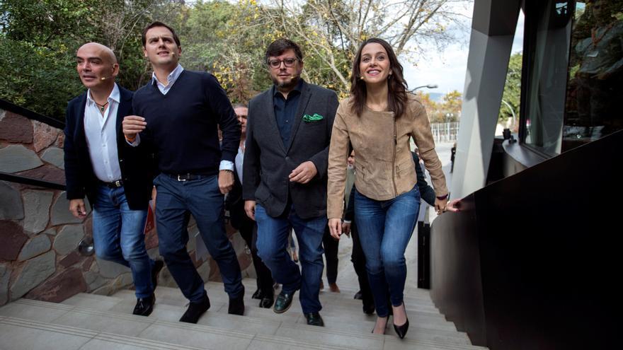 Albert Rivera flanqueado en Barcelona por Kike Sarasola, a la izquierda, e Inés Arrimadas, en un acto preelectoral en 2017