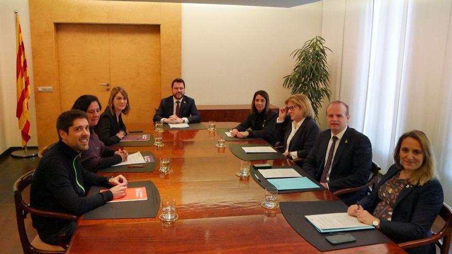 La delegación de los 'comuns' y la consellera de la Presidència (JxCat) cierran el acuerdo de presupuestos con el vicepresident Aragonès