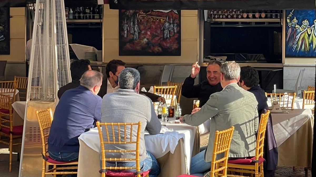 Teodoro García Egea junto a López Miras y otros integrantes del Gobierno regional incumpliendo la normativa sanitaria