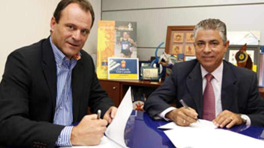 Óscar Hernández y Tomás Pérez firmaron, este lunes, el acuerdo de colaboración entre el Cabildo de Gran Canaria y el Ayuntamiento de La Aldea.