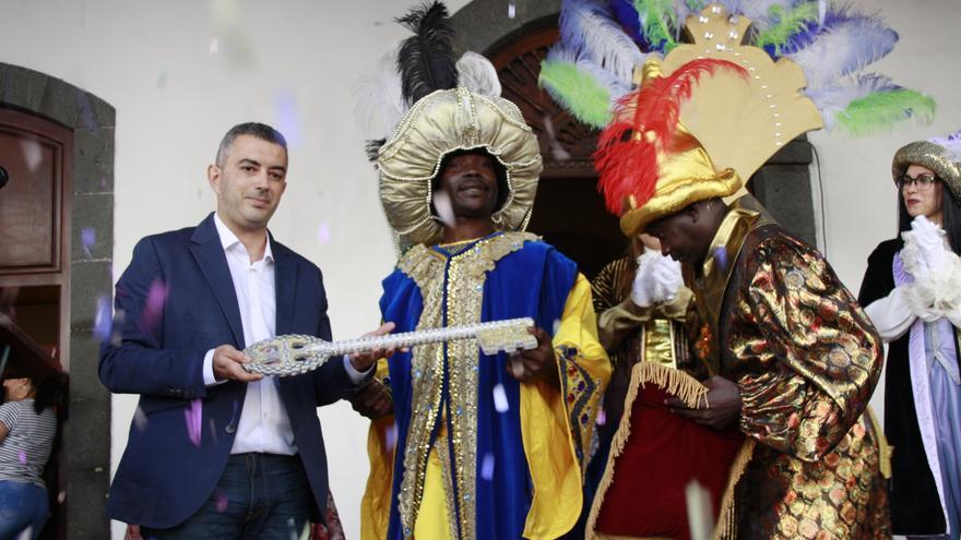 El primer teniente alcalde de Santa Cruz de La Palma, Víctor Francisco, este viernes, entregando las llaves de la capital a los Reyes Magos.