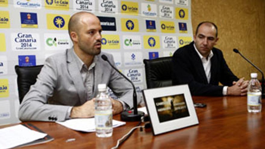 Himar Ojeda, junto a Miguel Montes, presentó este jueves la campaña de abonados del CB Gran Canaria para la temporada 10/11. (www.cbgrancanaria.net)