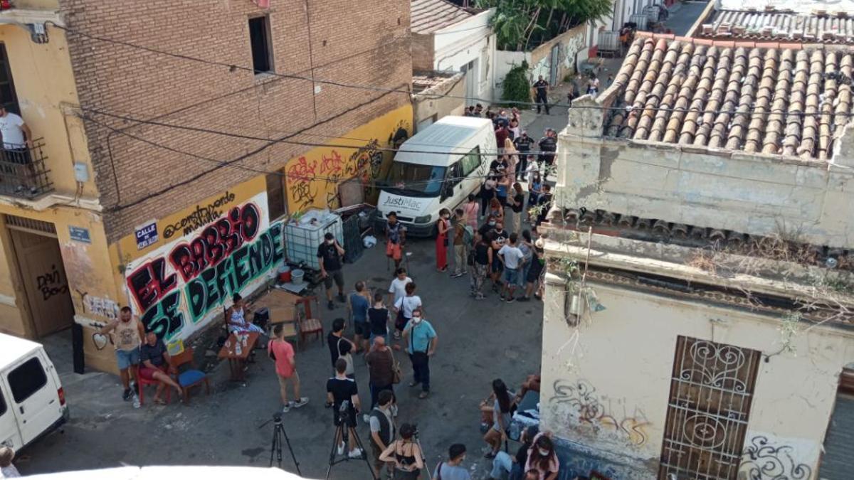 Un grup de vecïns s'han concentrat al barri valencià de Malilla per a evitar el desallotjament d'unes trenta personas.