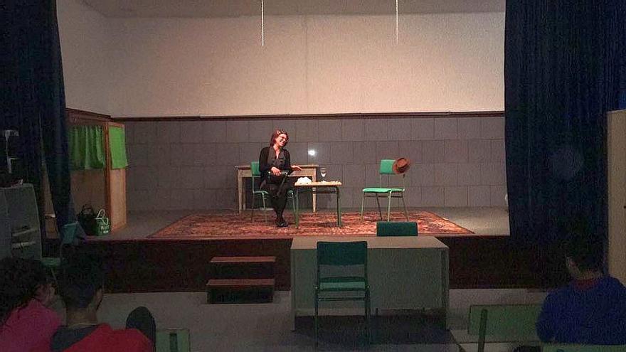 Bajo el lema 'Con la violencia, tolerancia cero', la actriz Isa Fuentes visita los centros de enseñanza de La Palma con un monólogo titulado 'La loca de Manolo'.