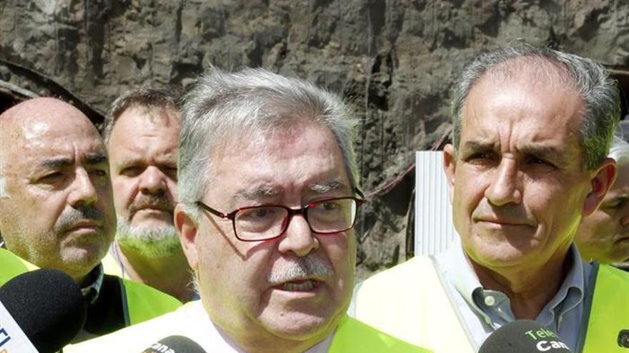 El presidente del Cabildo de Gran Canaria, José Miguel Bravo de Laguna, en las obras de la carretera de La Aldea. Efe/Elvira Urquijo A.