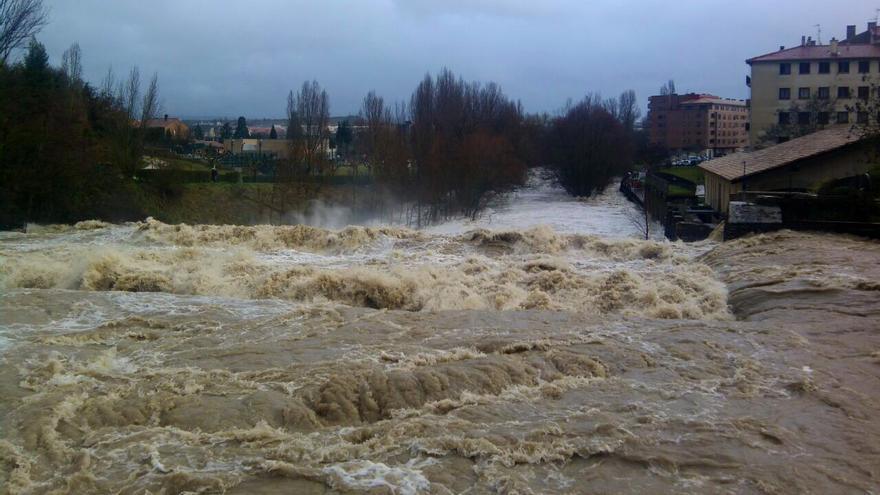 Este es el aspecto que presenta esta tarde el río Ulzama a su paso por Villava.