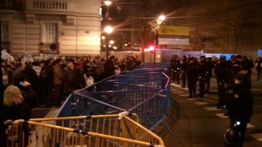 Cientos de personas se concentran ante la sede del PP en Génova, blindada por la Policía, contra la corrupción
