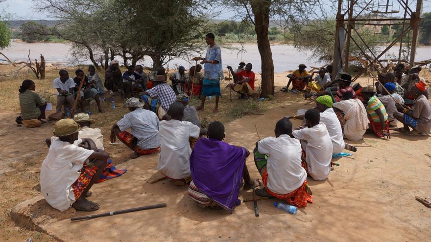 Varios habitantes de la aldea de Lpus Leluai (Kenia), también hombres, asisten a una charla contra la mutilación genital femenina impartida por Unicef. | Foto: Unicef.