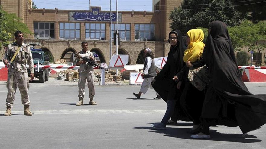 Mueren seis policías afganos en bombardeos por error de Estados Unidos