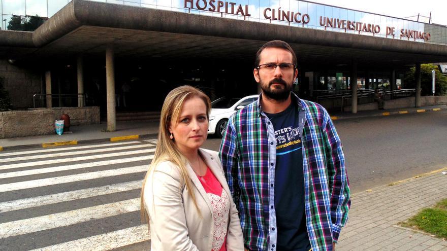 Estela y su marido, Antonio, ante el hospital / Sara Torreiro