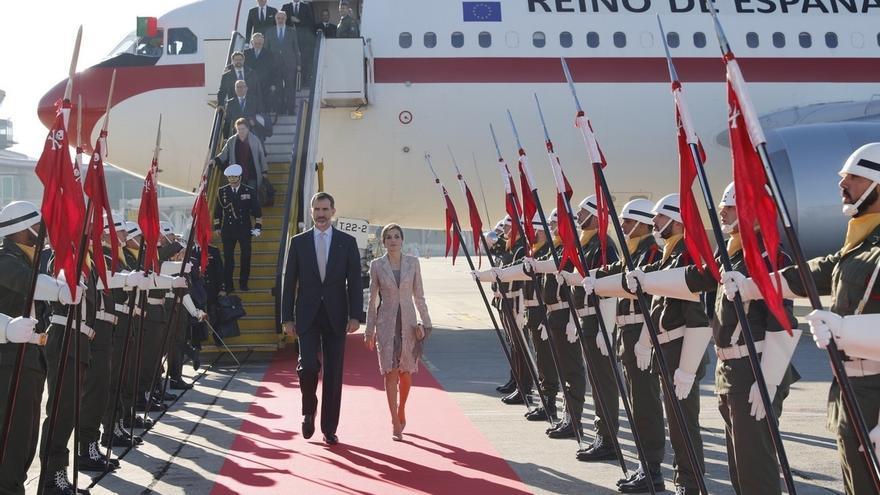 El Rey defiende la amistad con Portugal ante la Asamblea nacional y recibe el silencio de diputados de izquierda