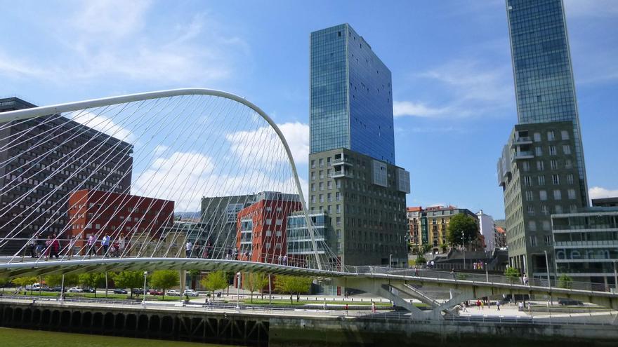 El puente Zubizuri, en Bilbao