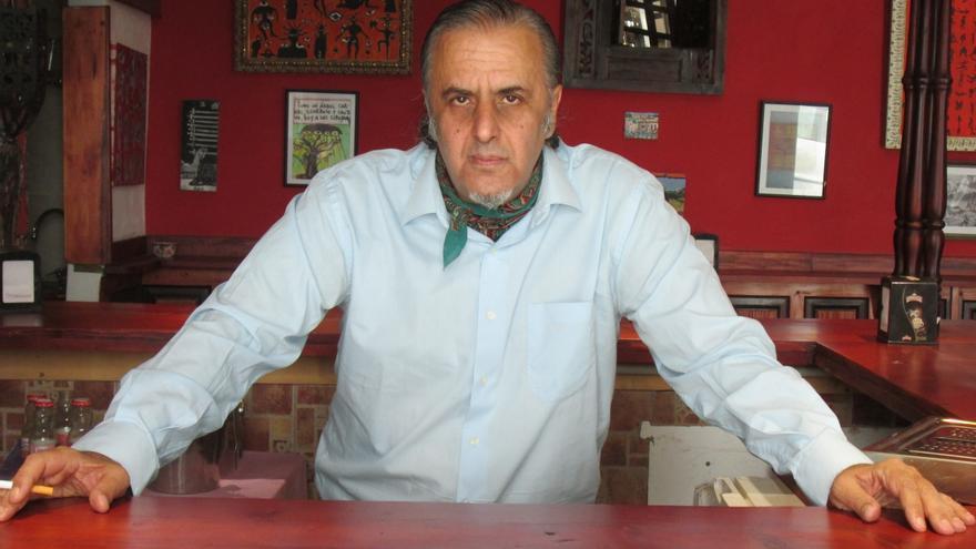 Ángel Greses en la barra del café-teatro 'El Portugués'. Foto: LUZ RODRÍGUEZ