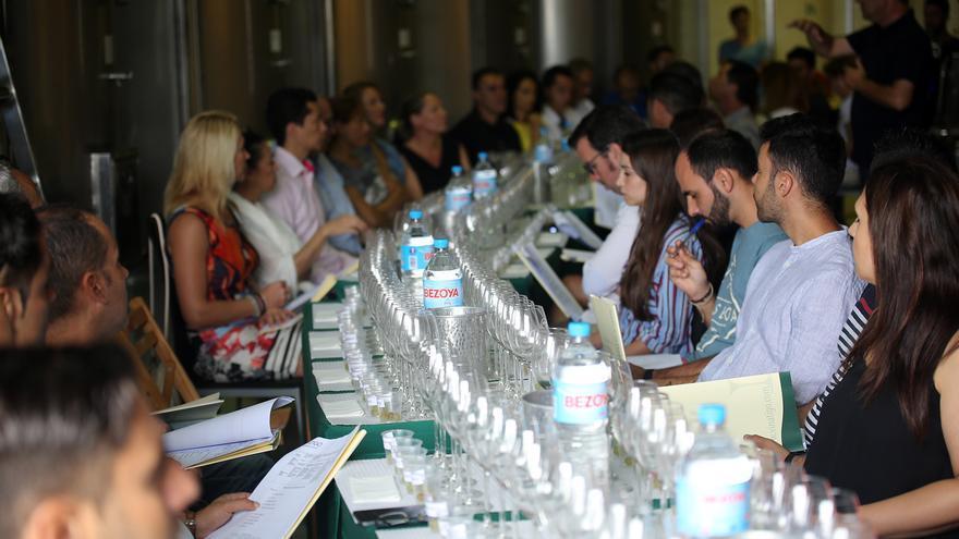 Una de las acciones de la Master Class de Cata de Uvas y Vinos de la firma Viñátigo
