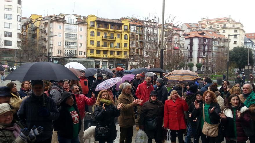 Concentración de apoyo a Amparo Pérez en el Ayuntamiento de Santander.