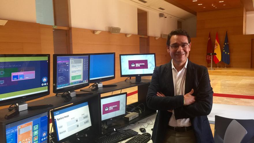 El consejero José Gabriel Ruiz en la sala donde se ha instalado el centro de datos del 24-M, en el Palacio de San Esteban / MJA