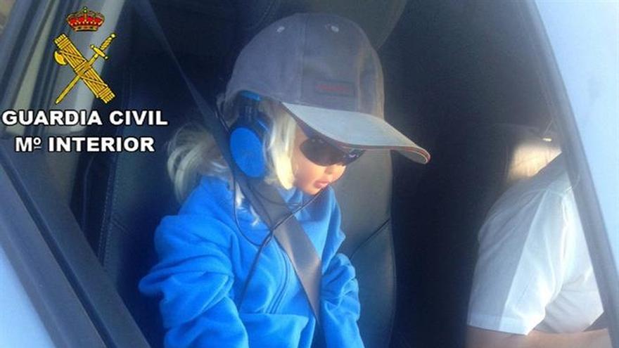 Cazado por llevar una muñeca como copiloto para poder circular por el Bus-VAO