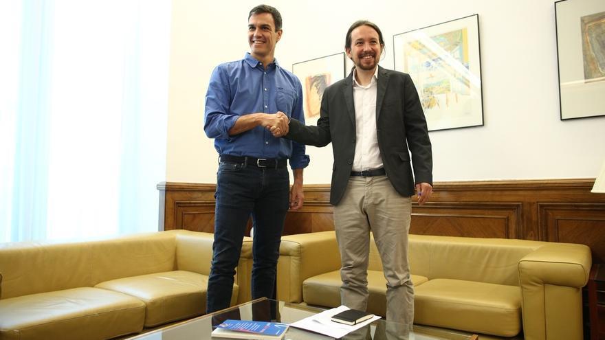 Pablo Iglesias regala a Pedro Sánchez el último número de la revista 'The New Left Review' a su llagada a su reunión