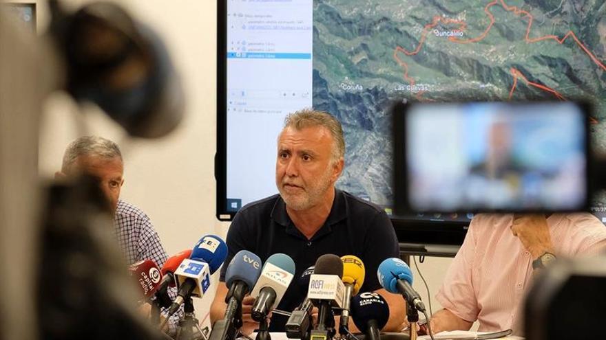 Fotografía cedida por el Gobierno de Canarias de su presidente, Ángel Víctor Torres, durante una rueda de prensa tras una reunión de la comisión de coordinación de las labores de extinción del incendio forestal de Gran Canaria.