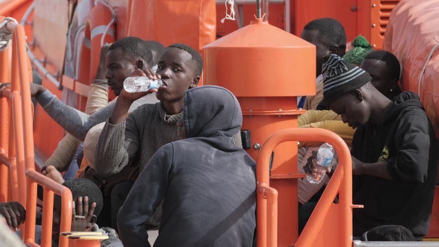 70 inmigrantes pasan más de un día en el muelle de Arguineguín a la espera de un lugar donde se les haga la PCR