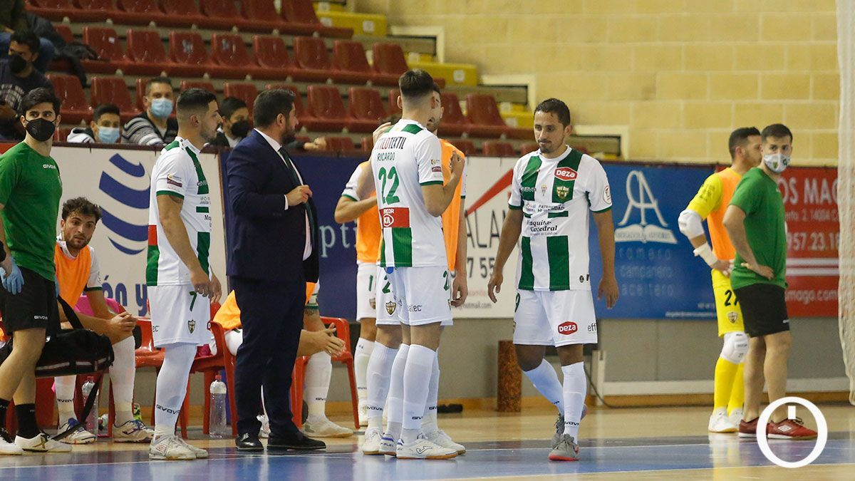 Josan González instruye a sus jugadores.
