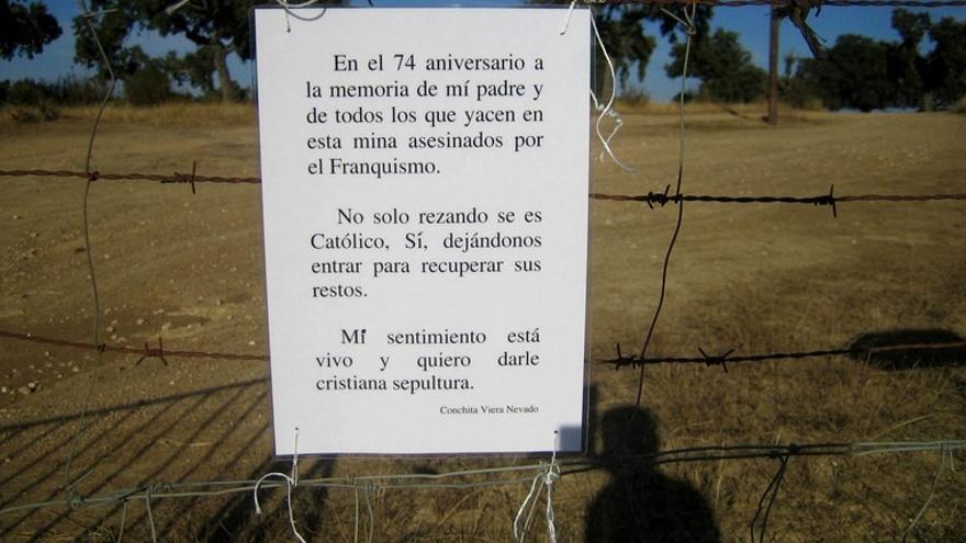 Detalle del cartel que puso en la valla de la finca con motivo del 74 aniversario del asesinatio de su padre
