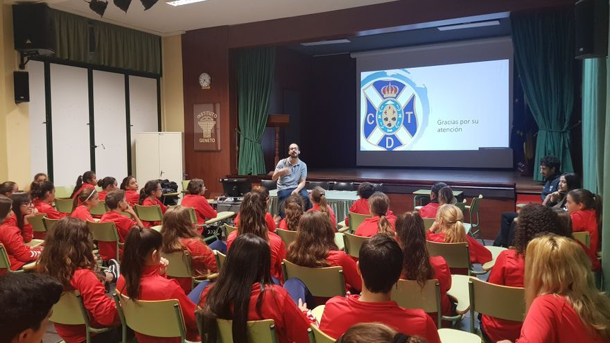 El médico José Alejandro Medina dirigiéndose a las jugadoras del CD Tenerife Fundación.