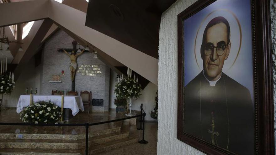 El archivo fotográfico oculto de monseñor Romero ratifica su amor a los pobres