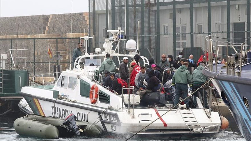 Una patrullera de la Guardia Civil desembarca en el puerto de Almería a los 17 inmigrantes varones de origen subsahariano, dos de ellos menores, rescatados de una patera al sur de Adra (Almería)./ EFE.