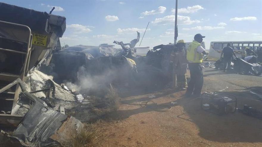 Mueren 18 niños y dos adultos en accidente de transporte escolar en Sudáfrica