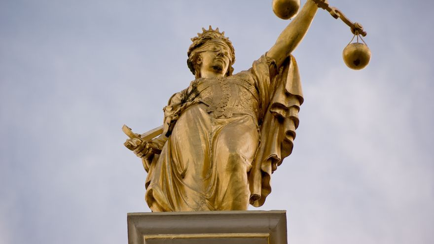 Estatua dorada que representa a la justicia, en Brujas (Bélgica)