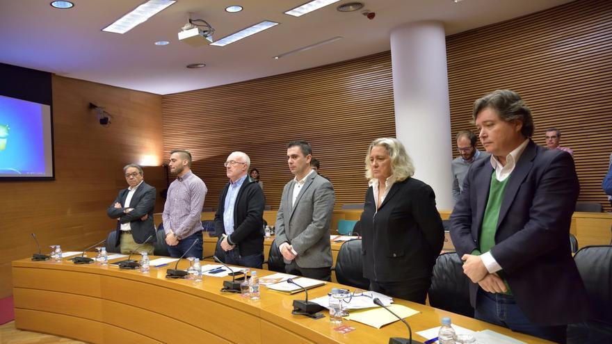 Representantes de todos los grupos guardan un minuto de silencio por el fallecimiento de Rita Barberá