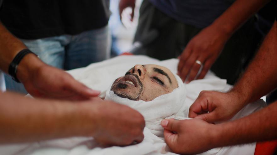 La preparación del cuerpo del doctor Anás Abú al-Kas, de 33 años, en la morgue del hospital al_Shifa de Ciudad de Gaza. Foto: Hosa Salem/Zuma Press.