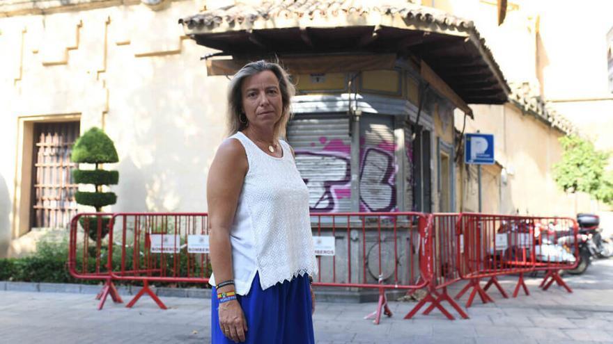 Isabel Albás, ante el kiosco del Bulevar.