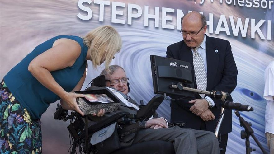 El físico británico Stephen Hawking junto al director del IAC, Rafael Rebolo (d), durante el acto en el que le ha sido concedido el título de Profesor Honorario /Ramón de la Rocha/EFE