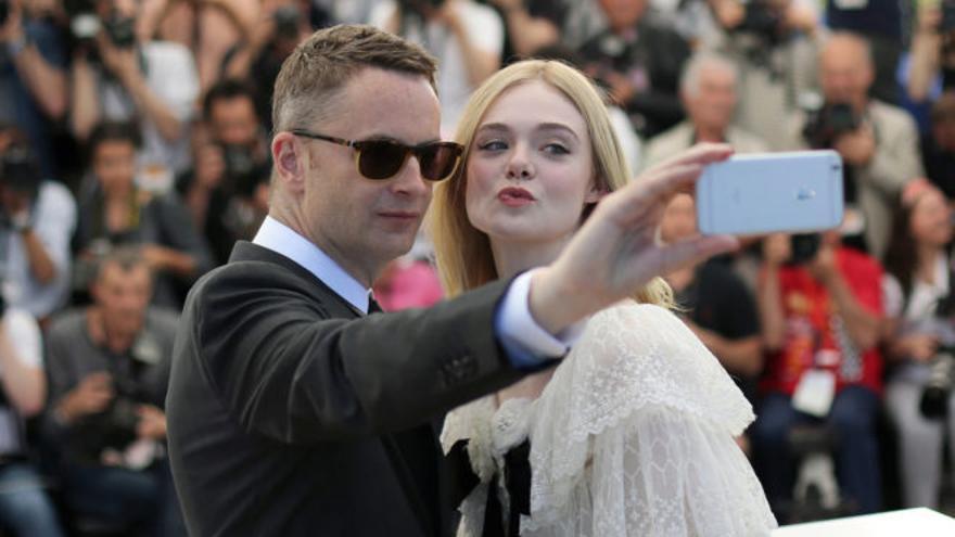 Nicolas Winding Refn y Elle Fanning se hacen un selfi en el Festival de Cannes 2016.